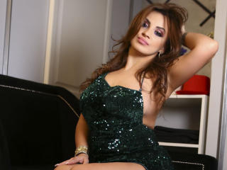 Voir le liveshow de  DashingFoxyX de Xlovecam - 26 ans - Hi guysss! I am a foxy girl, playfull and full of energy who wants to have fun and laugh a lo ...