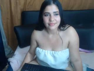 NicolleHoot nude on cam